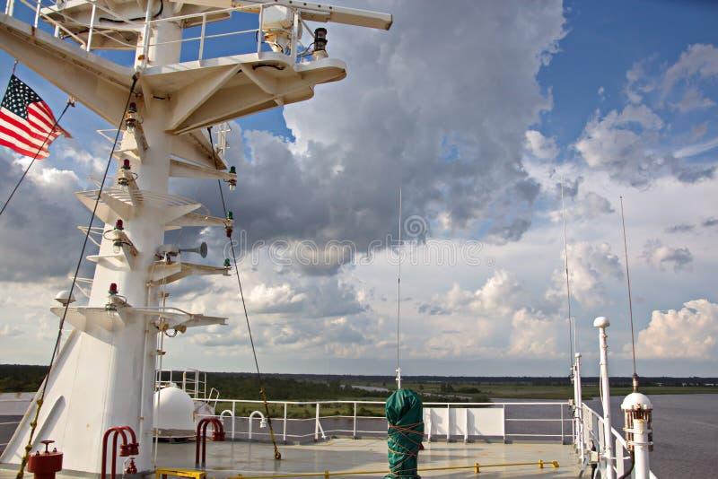 Énoncez les drapeaux augmentés sur le mât d'un navire marchand dans les ports d'escale photo stock