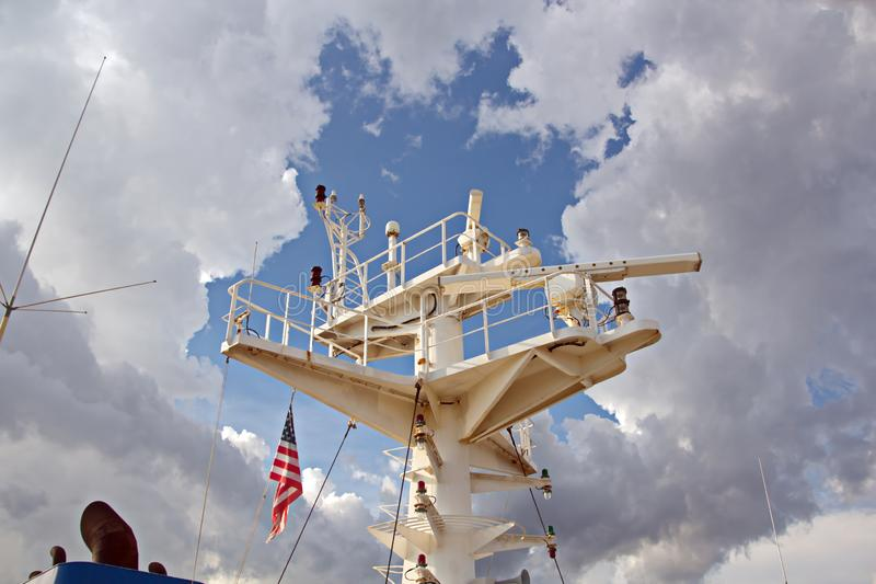Énoncez les drapeaux augmentés sur le mât d'un navire marchand dans les ports d'escale images libres de droits