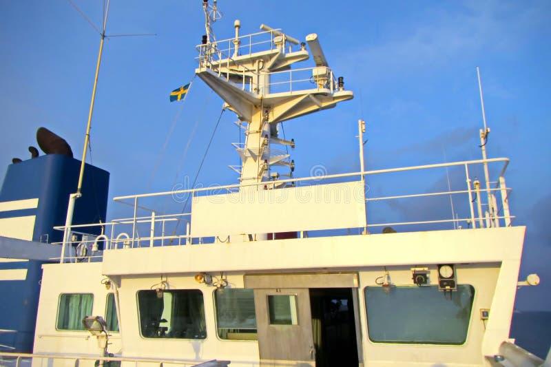 Énoncez les drapeaux augmentés sur le mât d'un navire marchand dans les ports d'escale image libre de droits