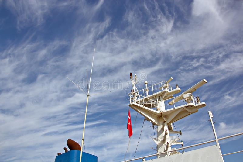 Énoncez les drapeaux augmentés sur le mât d'un navire marchand dans les ports d'escale photos stock
