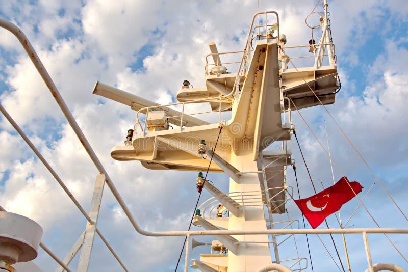 Énoncez les drapeaux augmentés sur le mât d'un navire marchand dans les ports d'escale images stock