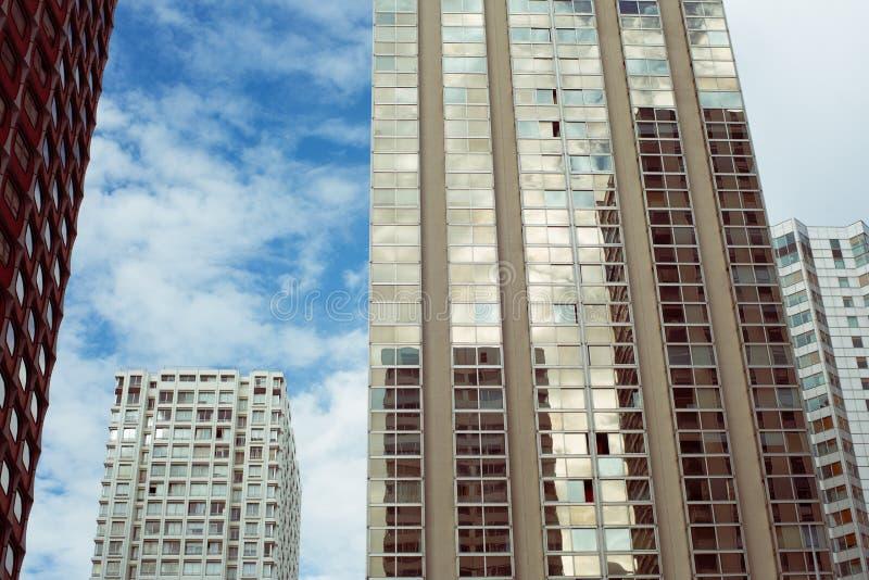 Énorme morden les bâtiments et les réflexions dans le verre images libres de droits