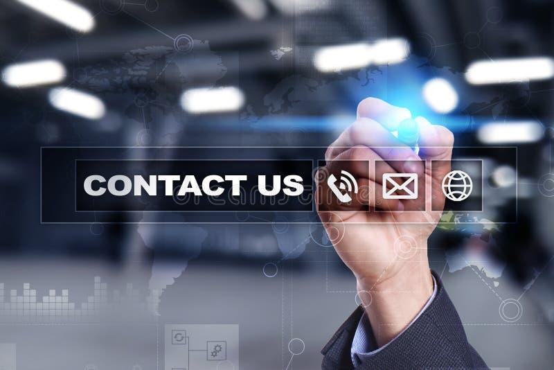 Éntrenos en contacto con botón y texto en la pantalla virtual Concepto del negocio y de la tecnología foto de archivo libre de regalías