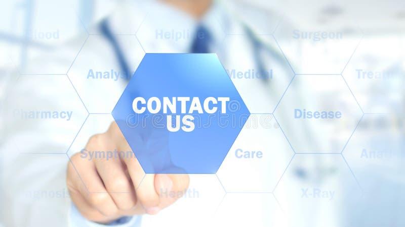 Éntrenos en contacto con, doctor que trabaja en el interfaz olográfico, gráficos del movimiento imagen de archivo