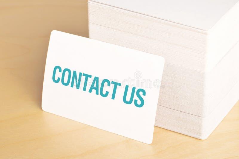 Éntrenos en contacto con las tarjetas de visita fotografía de archivo libre de regalías