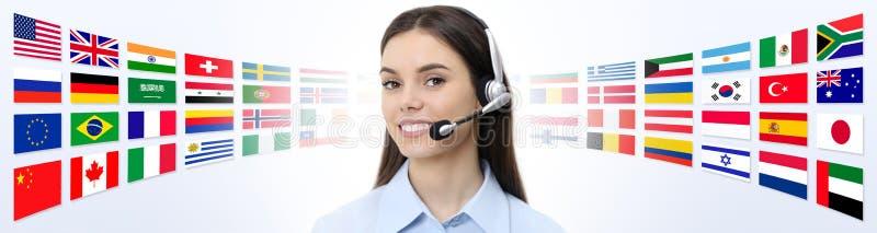 Éntrenos en contacto con, mujer del operador del servicio de atención al cliente con la sonrisa de las auriculares imagenes de archivo