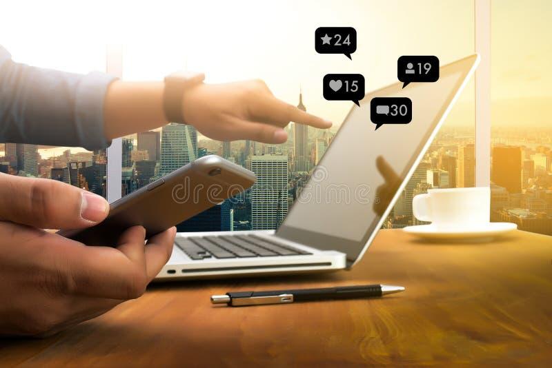 Éntrenos en contacto con red social del medios del hombre del SMS teléfono elegante del uso medios fotos de archivo libres de regalías