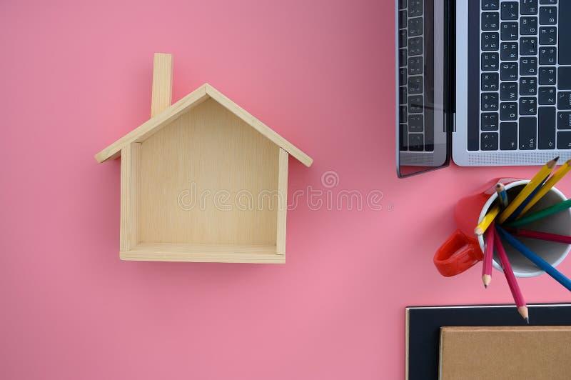 Épargnez l'argent pour la calculatrice coûtée à la maison d'hypothèque photo libre de droits