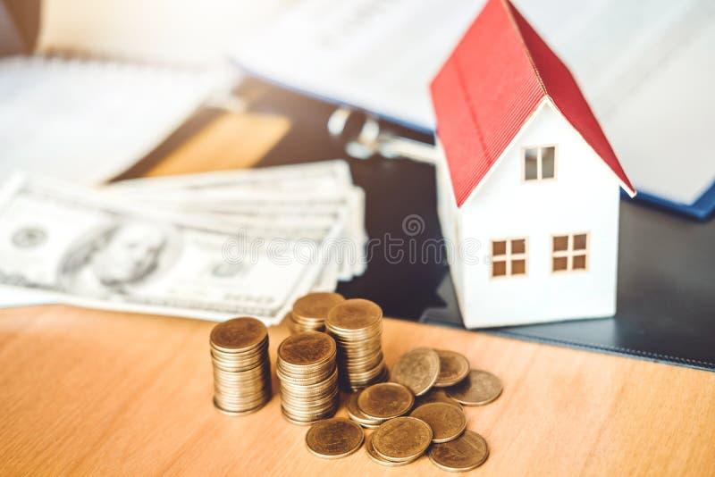 Épargnez l'argent pour le concept coûté à la maison de maison d'assurance photo libre de droits
