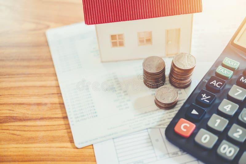 Épargnez l'argent pour le concept financier de coût à la maison images libres de droits