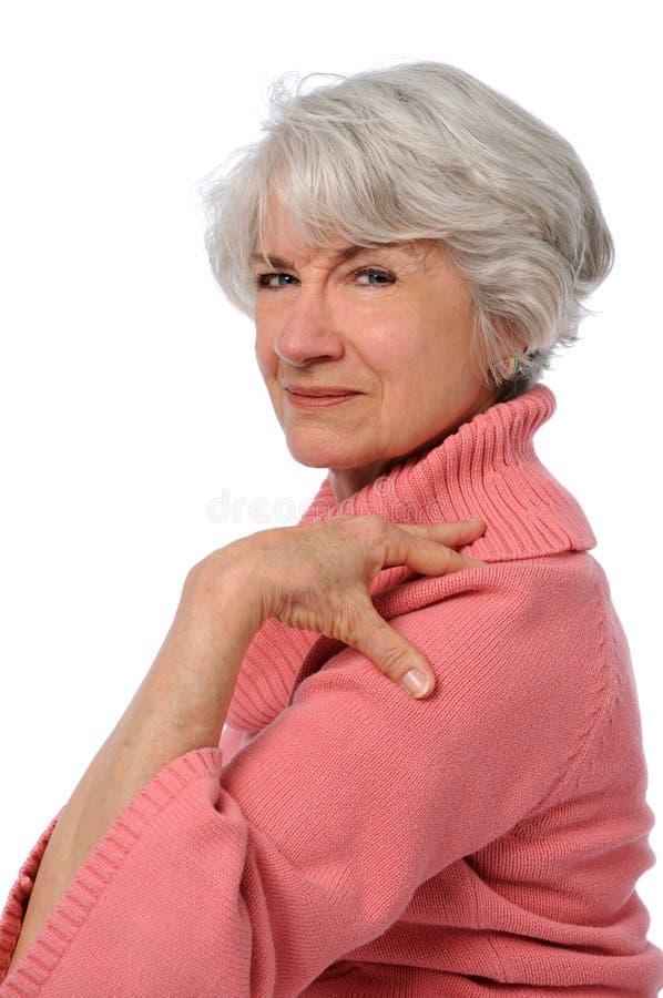 Épaule émouvante de femme aînée image stock