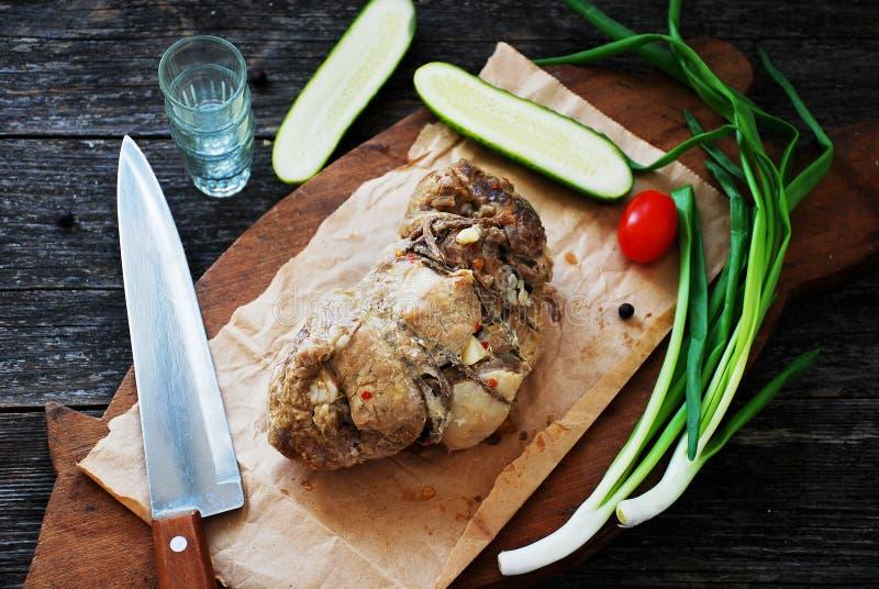 Download Épaule Rôtie De Porc Sur La Planche à Découper En Bois Image stock - Image du couteau, couleur: 45357249