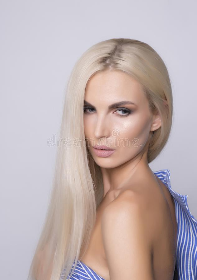 Épaule sexy avec la peau bronzée par doux Platine ha droit blond images stock