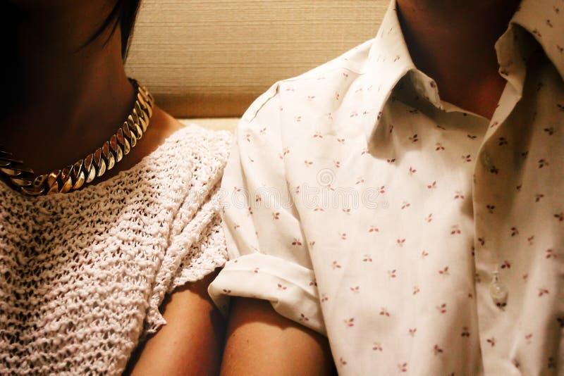 épaules des couples heureux élégants élégants célébrant dans le restaur image libre de droits