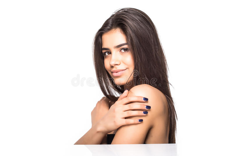 Épaules nues de belle femme regardant l'appareil-photo sur le dos de blanc photos stock