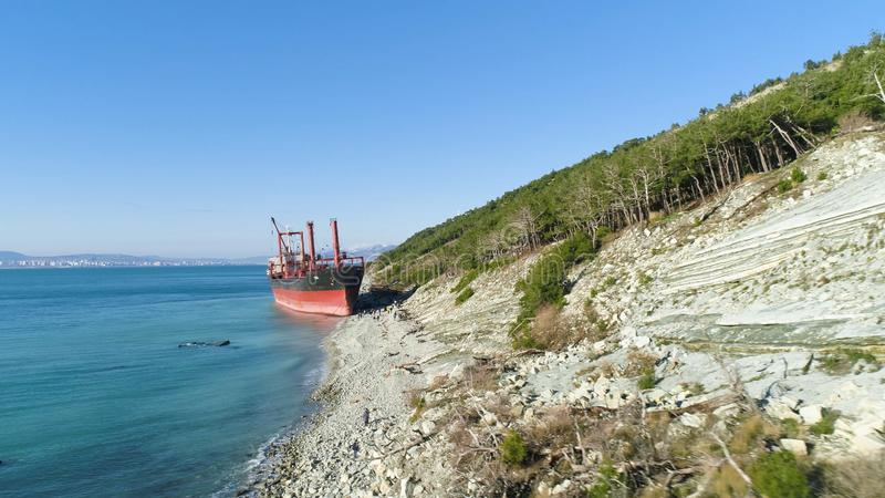 Épave abandonnée célèbre sur la mer projectile Vue supérieure d'un bateau abandonné sur la plage photo libre de droits