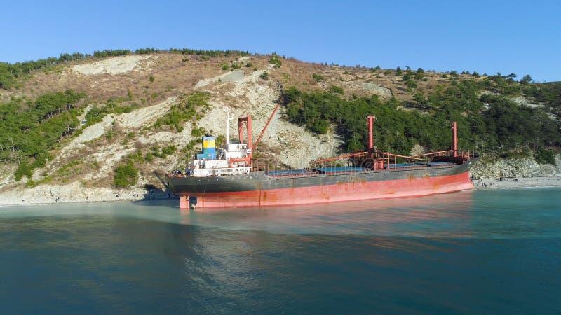 Épave abandonnée célèbre sur la mer projectile Vue supérieure d'un bateau abandonné sur la plage photo stock