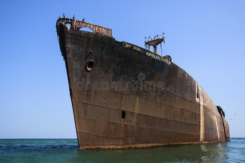 Épave abandonnée sur la Mer Noire, près de la station de vacances Costinesti, la Roumanie image libre de droits