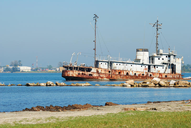 Épave de bateau sur la plage photos stock