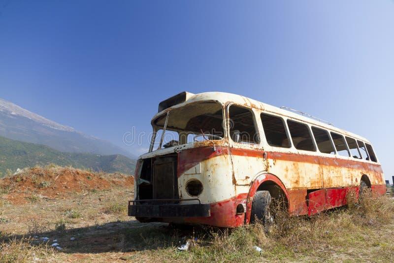 Épave de bus dans l'horizontal aride image libre de droits