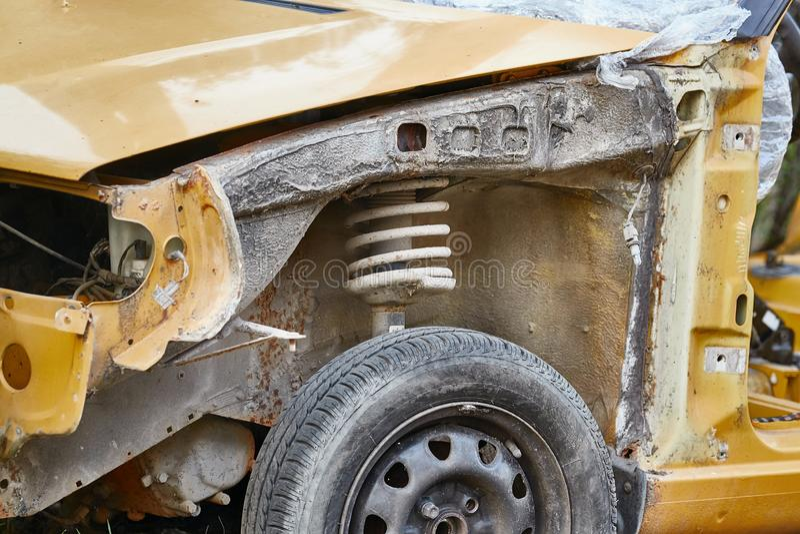 Épave de voiture avec pièces manquantes photo libre de droits