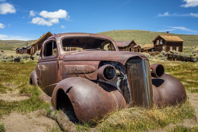 Épave de voiture dans la ville fantôme de Bodie, la Californie images stock