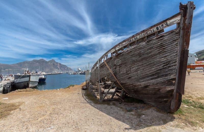 Épave en bois de bateau dans la baie Cape Town de Hout photographie stock