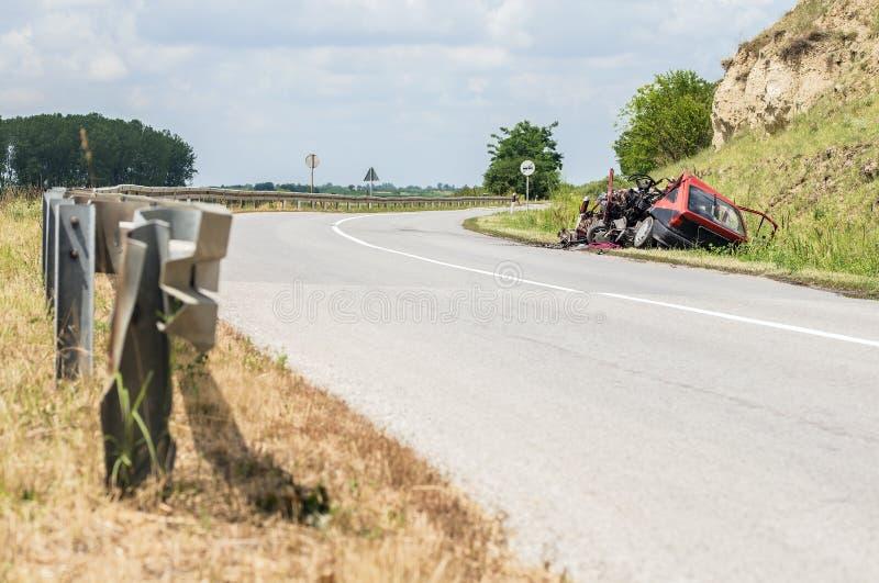 Épave méconnaissable de voiture près d'une route photos libres de droits