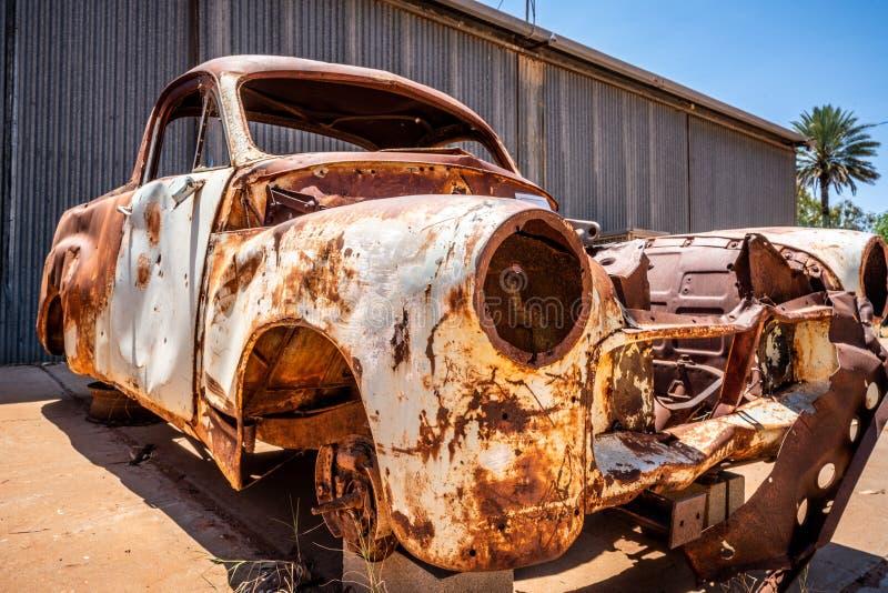Épave rouillée de voiture de cru au centre rouge australien images stock
