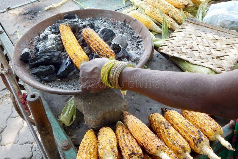 Épi de maïs de torréfaction photos stock