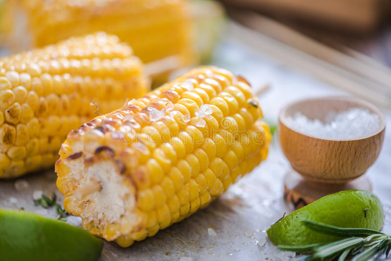 Épi de maïs grillé servi avec du sel image stock