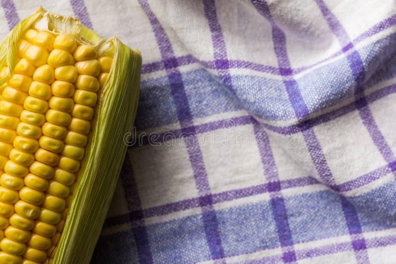 Épi de maïs sur la cuvette et le tissu rustique Nourriture de Festa Junina, un typi photos stock