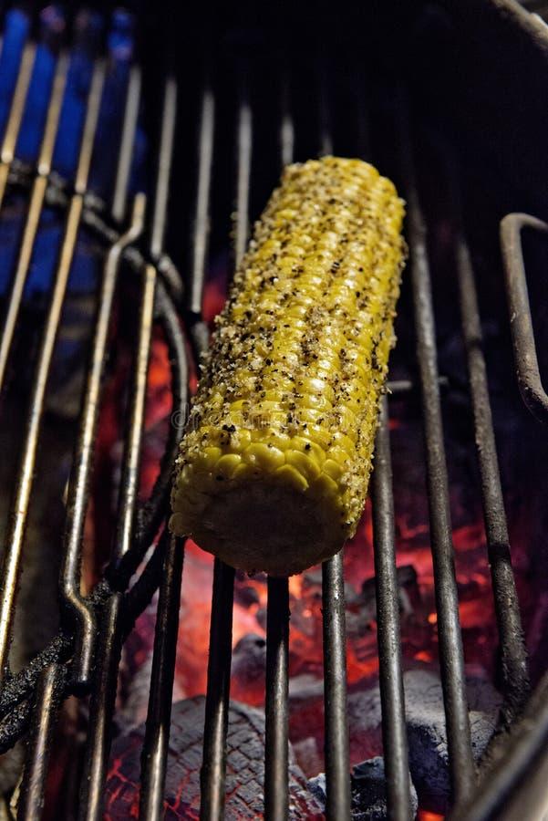 Épi de maïs sur le gril avec des braises photographie stock libre de droits