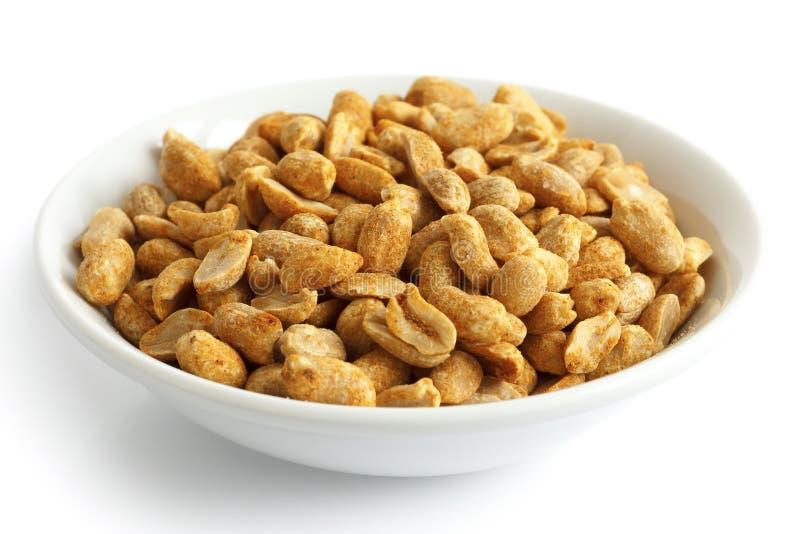 Épicé séchez les arachides rôties dans la cuvette blanche image libre de droits