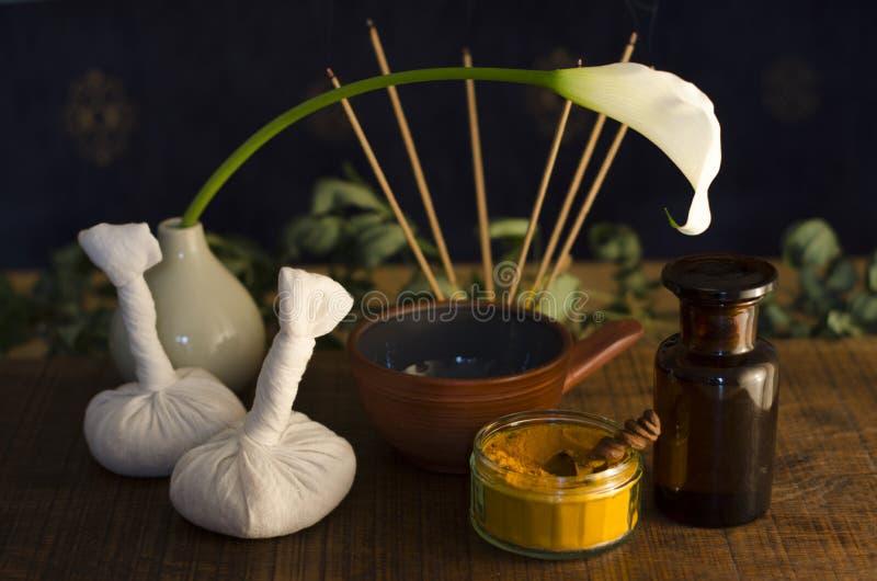 Épice d'Ayurvedic, pétrole et outils de massage image libre de droits