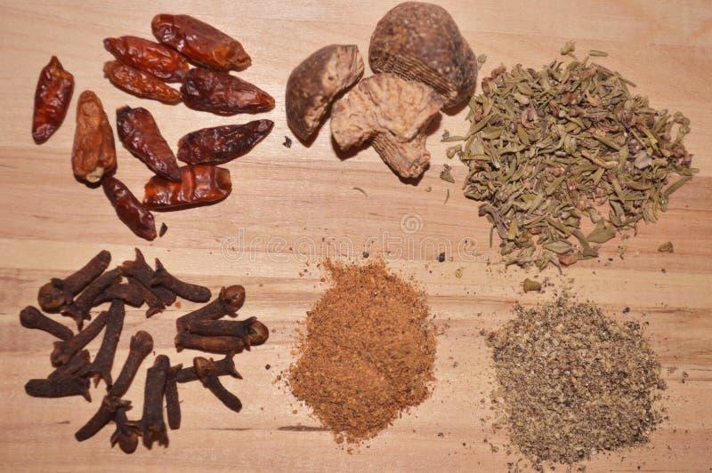 Épice l'ingrédient pour le piment rouge fort de clous de girofle origan de noix de muscade de cinnemon de cuisinier photographie stock libre de droits