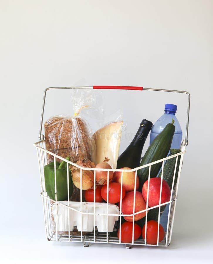 Épiceries dans le panier images stock