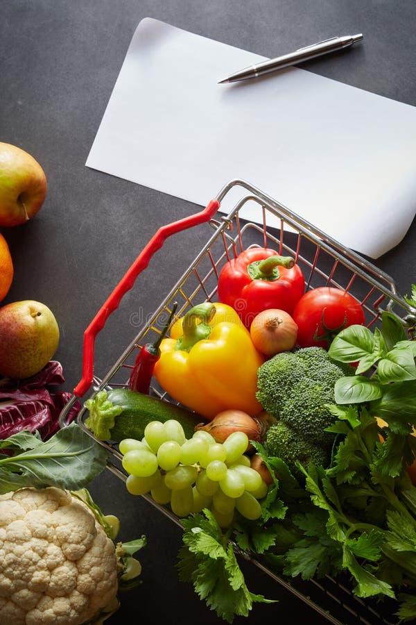 Épiceries organiques en gros plan image stock