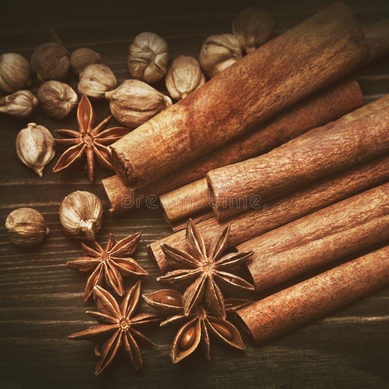Download Épices aromatiques image stock. Image du instruction - 77162669