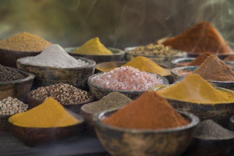 Épices aromatiques sur le fond en bois image libre de droits