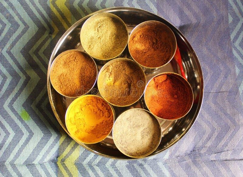 Épices colorées et saines comprenant le safran des indes, les piments rouges, la coriandre, le cumin, le poivre noir, le masala d image stock