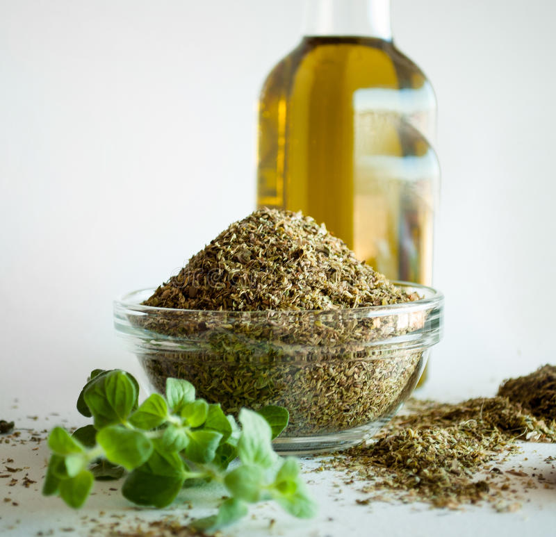 Épices d'origan et huile d'olive photographie stock
