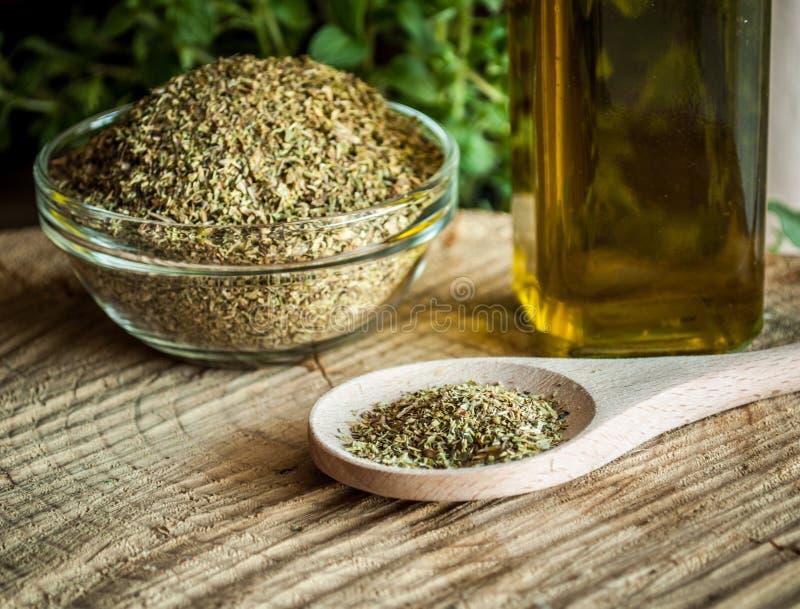 Épices d'origan et huile d'olive photo libre de droits