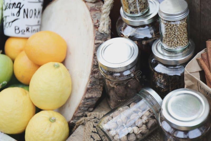 Épices dans des bouteilles image stock