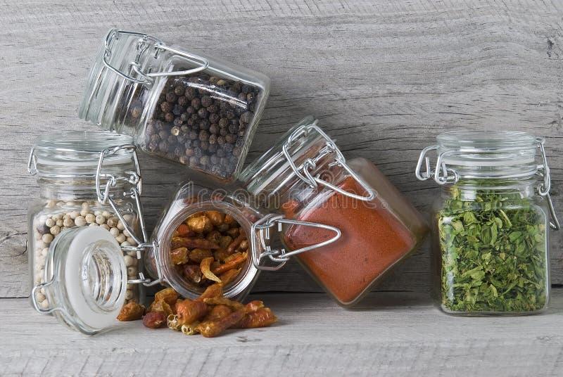Épices dans des chocs en verre. image stock
