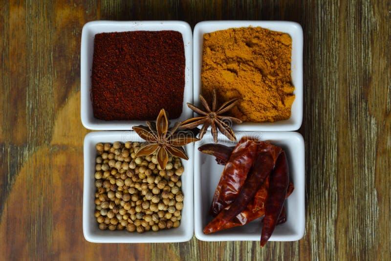Épices dans les plats blancs images stock
