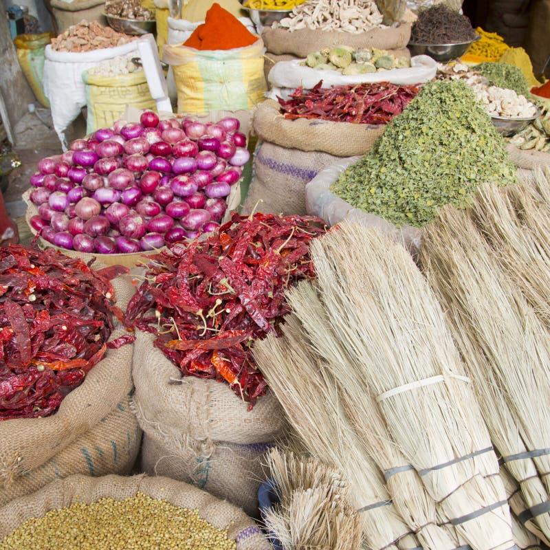 Épices et d'autres marchandises sur le vieux marché de l'Inde de Bikaner images stock