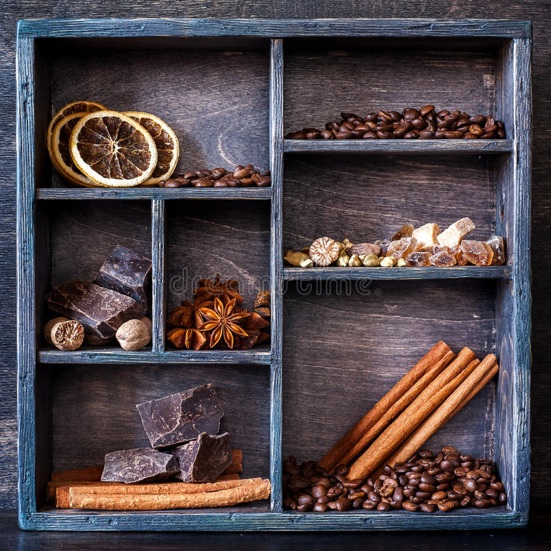 Épices et ensemble de café dans un vieux plateau en bois images stock