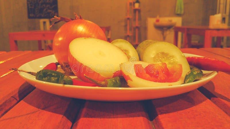 Épices et herbes d'un plat blanc images stock