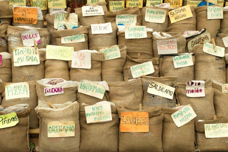 Épices et herbes dans les sacs photo libre de droits